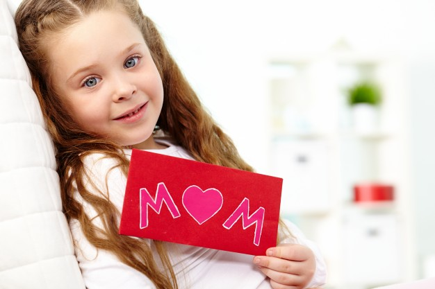 little-girl-with-red-envelope_1098-3686.jpg